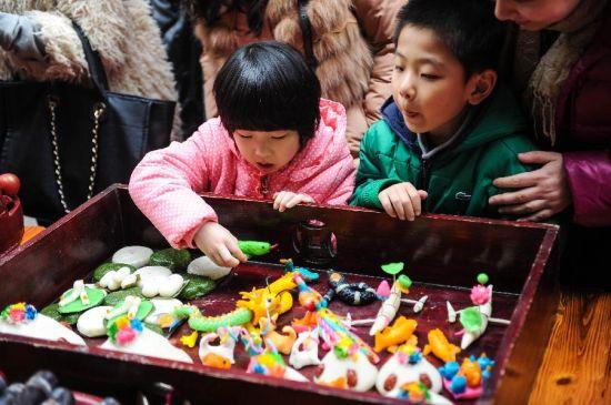 1月20日,浙江杭州塘栖古镇举办传统民俗迎新春活动,打年糕、磨米粉、晒鱼干、送春联、做年货游客和市民们在富有江南水乡传统韵味的古街上感受到红红火火的传统年味,也为即将到来的农历春节增添了喜庆气氛。塘栖古镇历史悠久,始建于北宋,繁盛于明清。京杭大运河穿镇而过,是远近闻名的鱼米之乡丝绸之府。