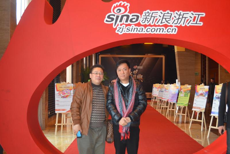 出席网络盛典年度车颁奖的嘉宾在红毯留影