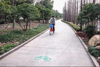 风景优美的环湖自行车道