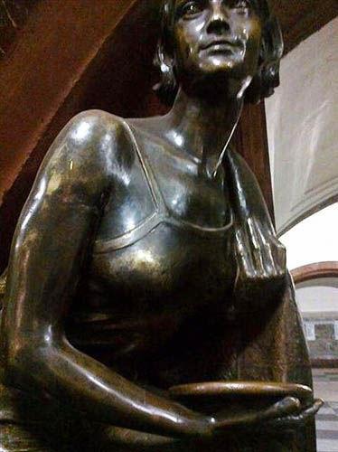 莫斯科革命广场的少女雕像(点击更多高清美图)