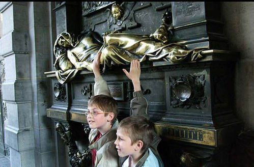 比利时布鲁塞尔塞纳克拉斯铜像(点击更多高清美图)