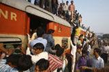 不堪重负的印度火车
