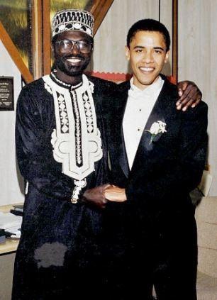 奥巴马(右)和同父异母的哥哥马利克・奥巴马合影