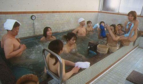 日本温泉男女混浴(点击更多高清美图)