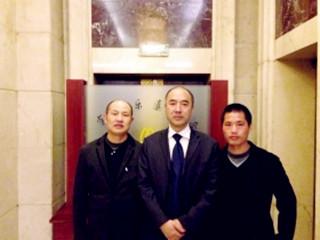 张高平(左)和张辉(右)无罪释放后,跟辩护律师合影