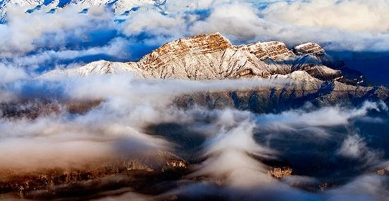 流转的云雾间山峦起伏(点击更多高清美图)