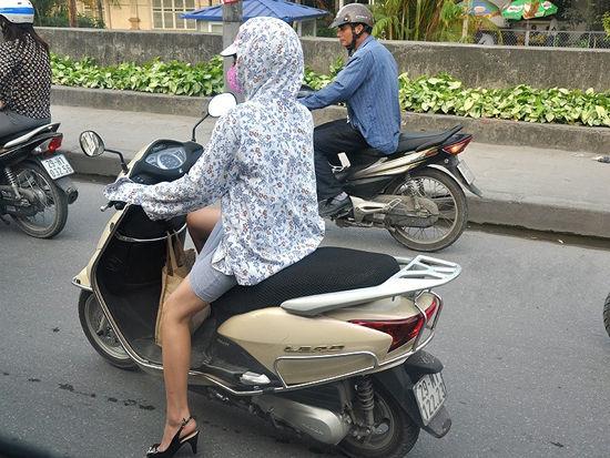 组图:探寻越南摩托车美女风驰电掣