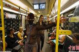 柏林地铁列车内女模裸身穿黑纱走秀
