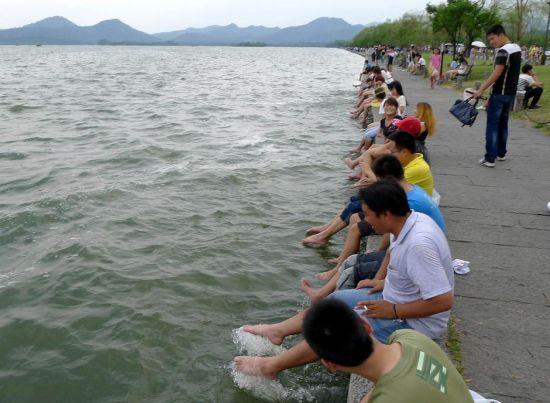 杭州西湖洗脚池惹议 网友吐槽大煞风景(组图)