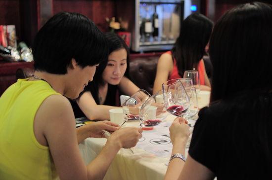 女嘉宾品尝葡萄酒