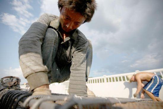 """""""架子队""""的一名施工人员在杭长客专进行铁路施工。"""