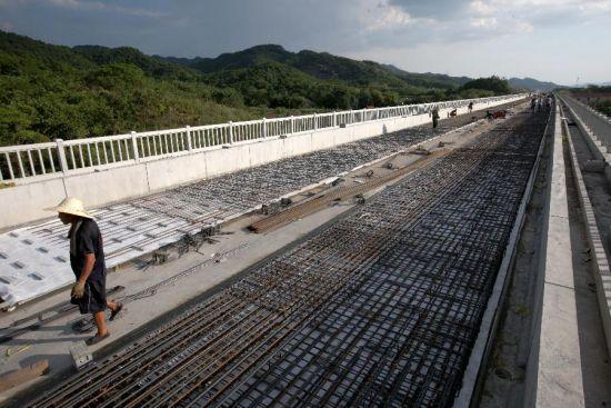 """""""架子队""""的施工人员在杭长客专进行铁路施工。"""