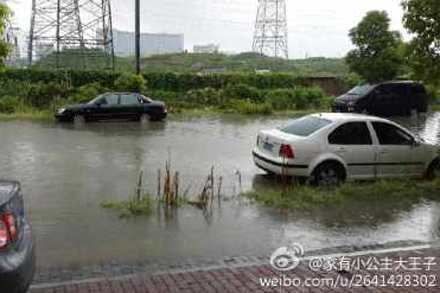 暴雨导致杭城多条道路被淹没。