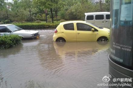 杭城昨天晚上下瓢泼大雨,道路被水淹没。