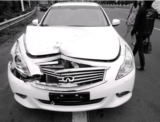 事故造成英菲尼迪轿车车头凹陷,车辆无法行使.而轻型普通货高清图片
