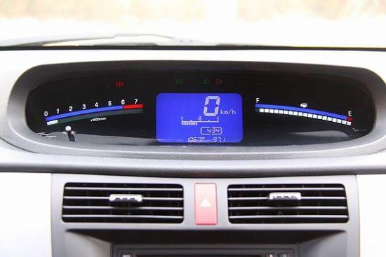 方向盘中央的东风风行的logo变成了景逸lv的藏獒标,而方向盘的尺寸