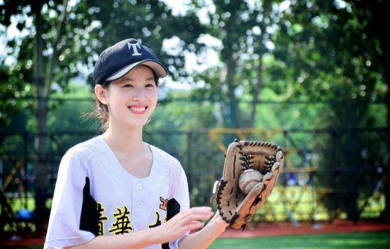 组图:奶茶妹妹打棒球拍写真高绑马尾清纯可人