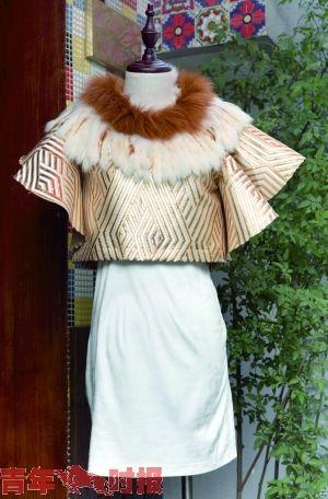 金银菱形花纹的假二件裙子配上了毛茸茸的项链