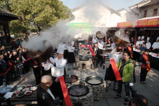 11月30日,各地的游客共同集聚历史文化名城乌镇享受羊肉盛宴。