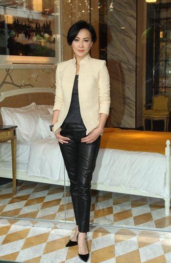 组图:霸气黑皮裤保暖扮酷秀长腿