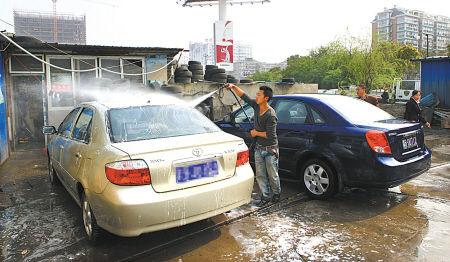 露天洗车场一地狼藉,污水未经处理,最终流入河道