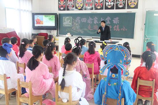 小孩子们穿着各式戏服,正在等待一位神秘的老师.