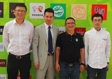 浙江共生互联科技有限公司总经理、脸脸宁波总负责人刘晓得(右二)接受媒体采访,及顾客讲解后,与顾客代表和记者在合作商家logo墙合影。