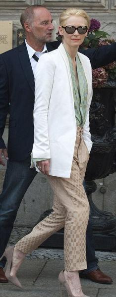 蒂尔达·斯文顿金色长裤亮相RoshiPorkar秀场