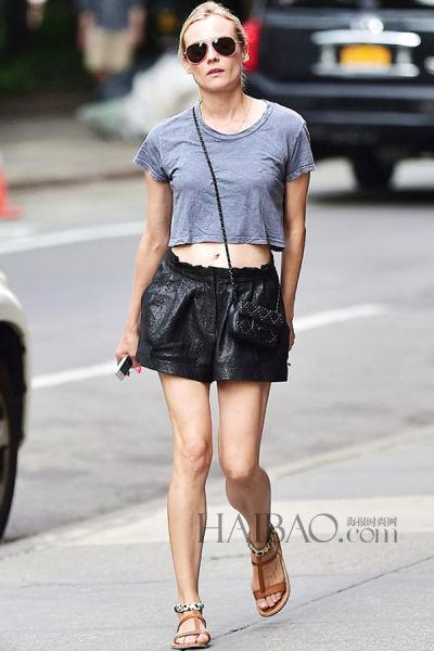 黛安·克鲁格纽约出街休闲露脐T搭皮质黑短裤