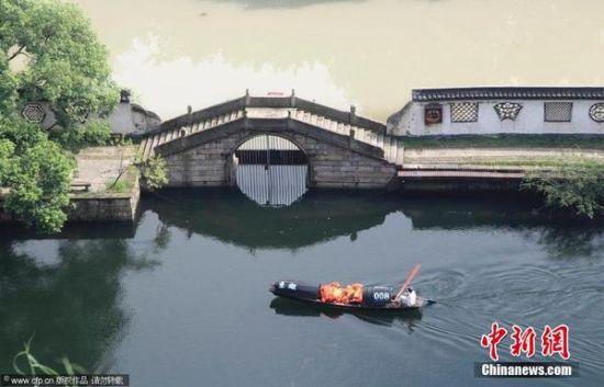 浙江绍兴连续暴雨 东湖景区再现阴阳河景观