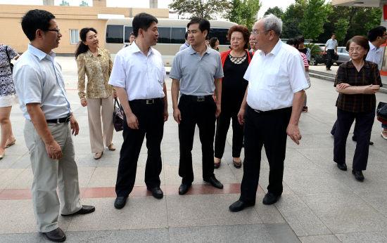 院士专家在纺院党委书记宋富军等陪同下参观校园