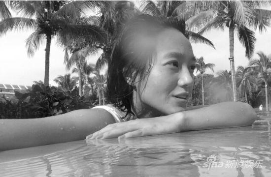 朱丹晒泳装照