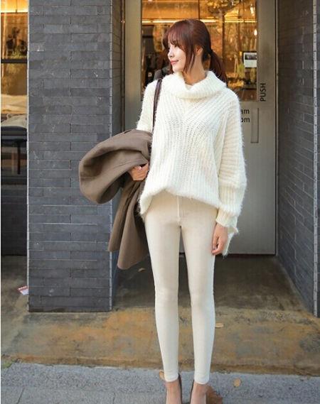 高领毛衣搭配白色紧身裤
