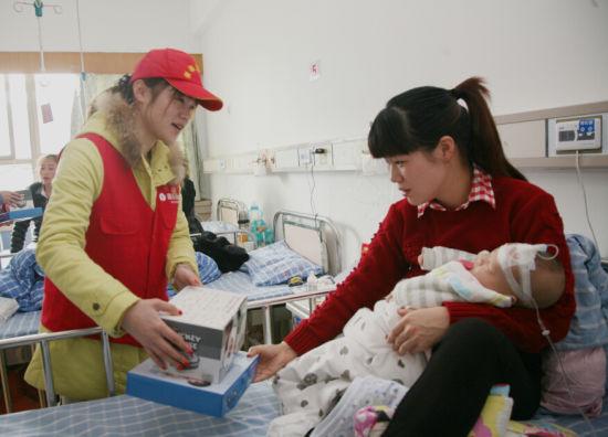 银泰志愿者为住院小朋友送上新年礼物、问候贺卡和节日祝福