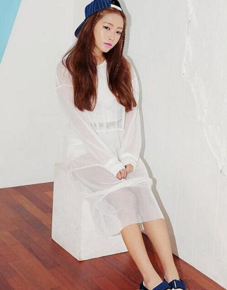 白色网格连衣裙搭配