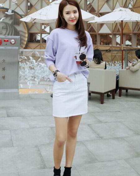 紫罗兰色针织衫搭配白色包身裙