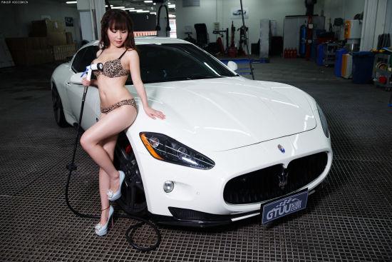 身穿豹纹比基尼的洗车girl