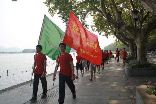 即将到来的9月3日是纪念中国人民抗战胜利70周年的日子,这段不屈抗争的历史,成为我们民族的集体记忆,成为中华民族伟大复兴的力量之源。在举国上下纪念抗战胜利70周年之际,我们迎来了新的学期。   在8月31日上午的开学典礼上,杭十五中同学们上的第一课就是爱国主义教育课,大家聆听了廖忠祥总校长热情洋溢的讲话,廖校长希望同学们从历史的深刻中,怀揣着青春的梦想与责任,走向美好的未来,收获人生的意义和幸福!   8月31日下午,杭十五中学生代表30人组成纪念抗战实践小分队,在学生管理中心主任朱升老师、团委大队