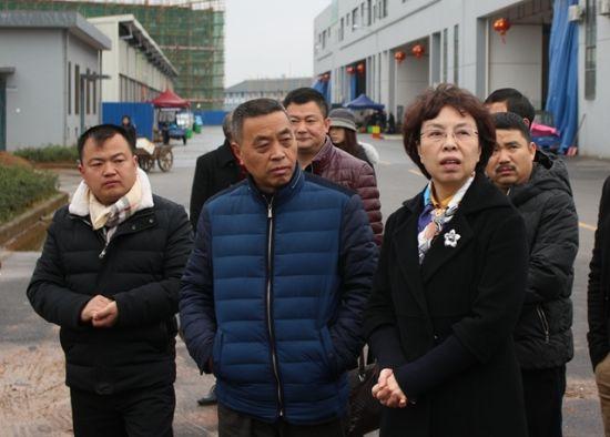2月14日上午,祝晓农(前右一)在衢州农商城现场