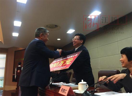 横店影视制作有限公司总经理刘志江从金华市长暨军民手中接过大奖