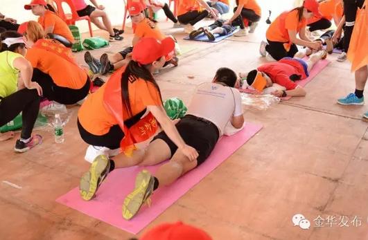 赛后,为运动员们放松肌肉的按摩师们