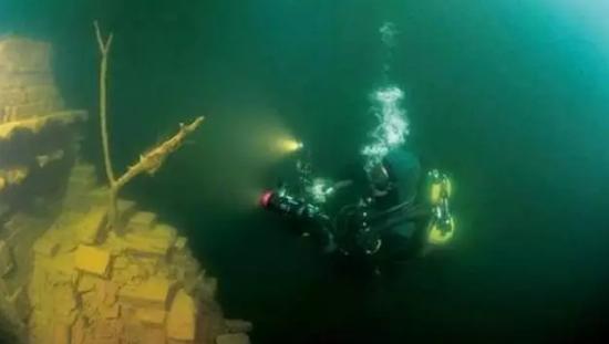 潜水员下水画面