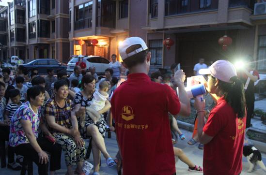 图为金阳光小分队宣讲金融知识吸引了广大村民驻足观看聆听