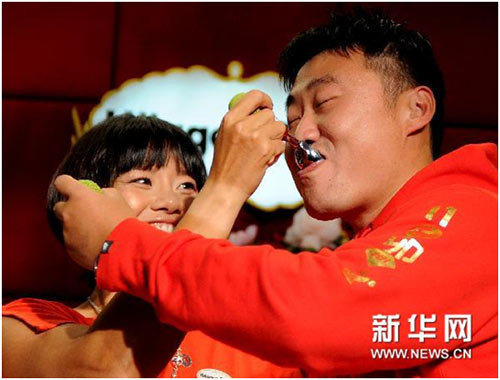 李娜和姜山互喂冰激凌(图片来源:新华网)
