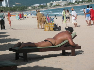 三亚自发形成裸泳浴场