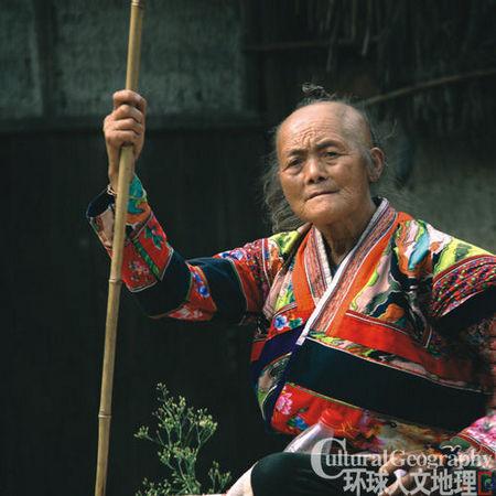 巴身小(leng)妇女带在头上的木梳