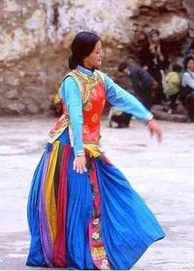 女王谷里的女孩都身穿百褶裙的