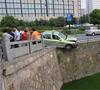 出租车差点掉河里