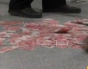 男子火车站撒钱