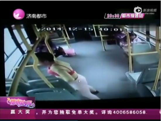视频:男子穿粉秋裤戴胸罩乘公交 称为悼念亡妻